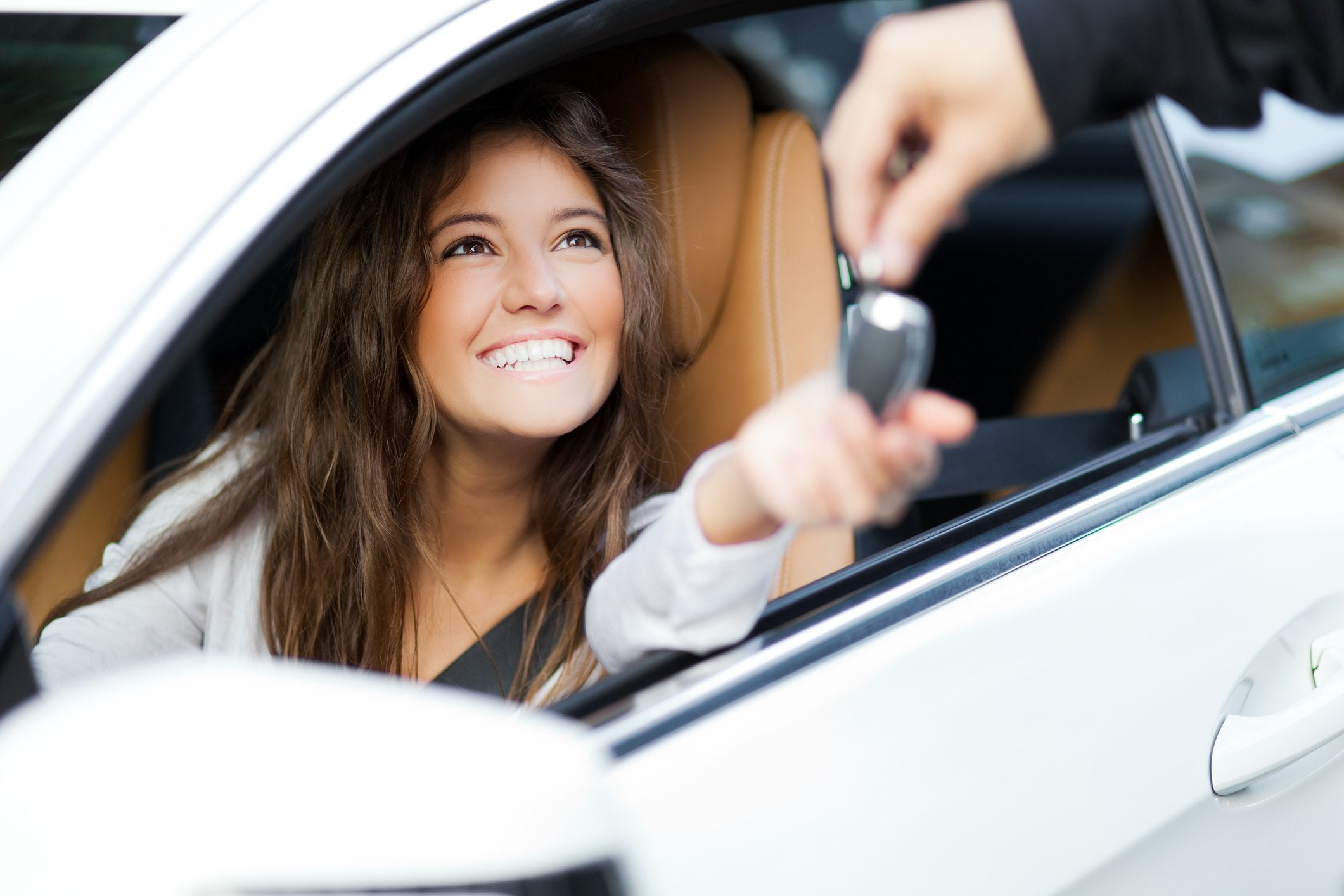 Smiling-girl-in-car.original.jpg (2121×1414)